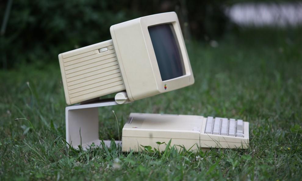 1991 А 1991 году был разработан первый ноутбук Apple PowerBook 100 (справа). В то время он прода