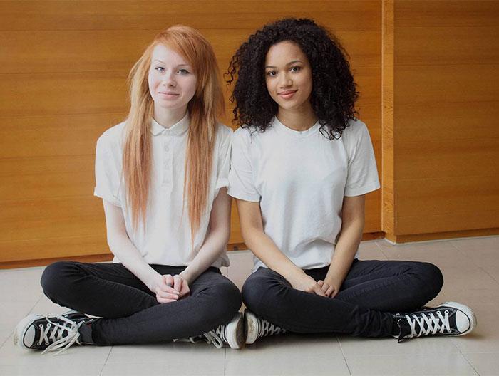 Разноцветные сестры-двойняшки — неожиданный феномен (11 фото)