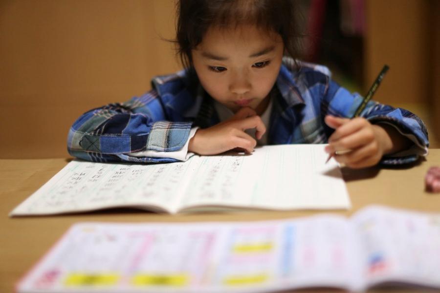 8. Прежде чем отправиться на тренировку, Махиро делает свои школьные домашние задания.