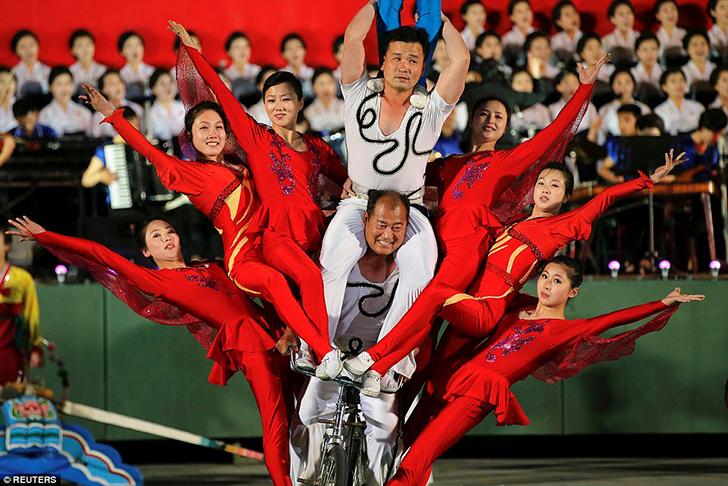 В массовых танцах участвовали не только простые граждане, но и профессиональные акробаты, показывавш