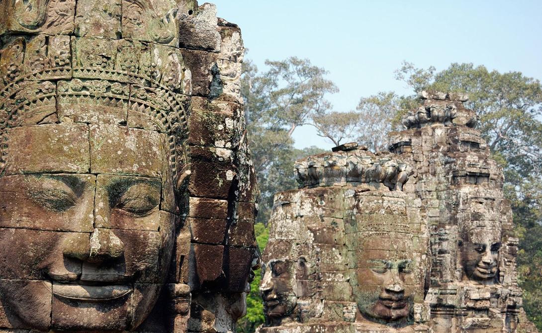 А вот памятник уже кхмерской культуры. Храм Байон построили в конце 12-го века. Его отличительная ос