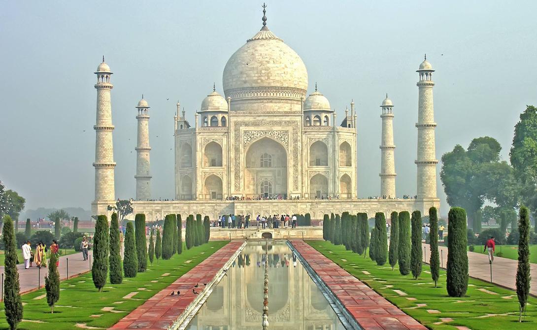 Этот мраморный мавзолей был построен императором Моголов Ша Джахана: безутешный властитель повелел в