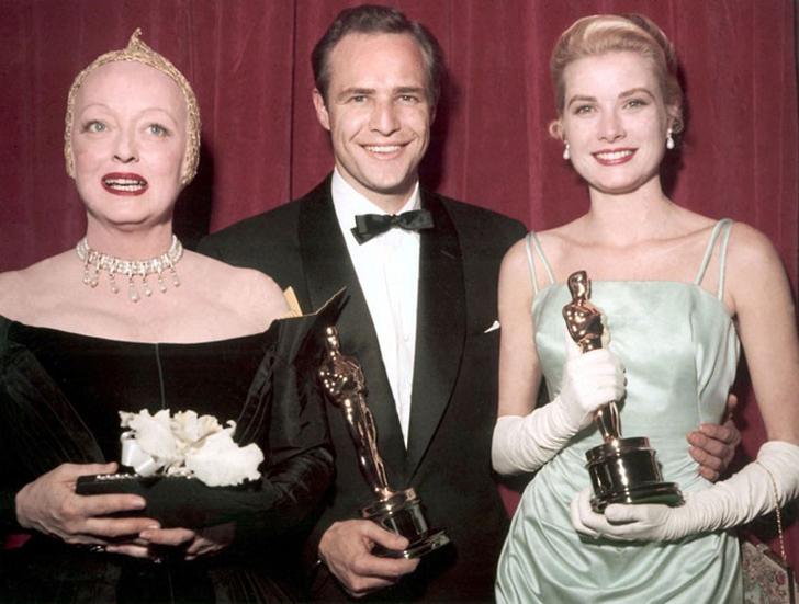 10. 30 марта 1955 года. Ведущая Бетти Дэвис позирует вместе с Марлоном Брандо, получившим премию в н