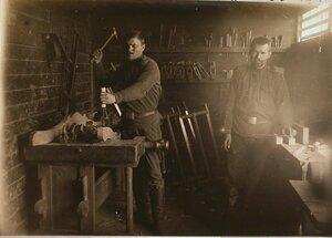 Солдаты за работой в столярной мастерской.