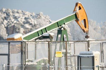 Цены нанефть понижаются нафоне сохраняющегося переизбытка сырья нарынке