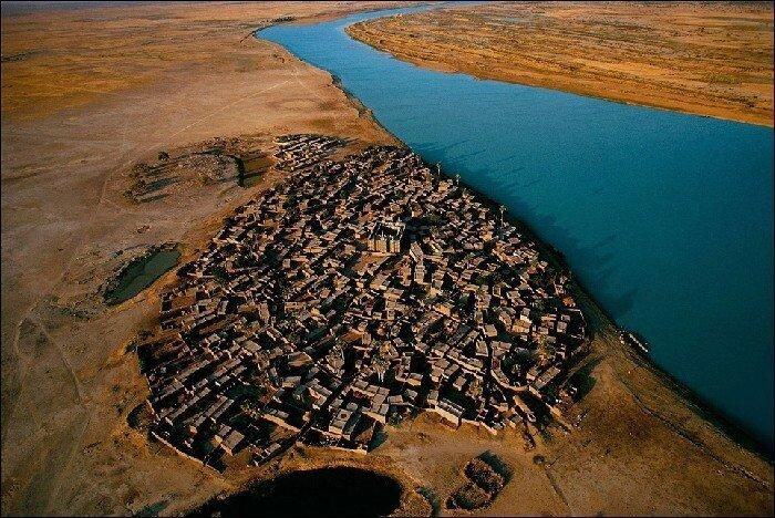 Деревня на берегу реки Нигер, Мопти, Мали Деревня в центральной части Мали, основанная в XIX веке.