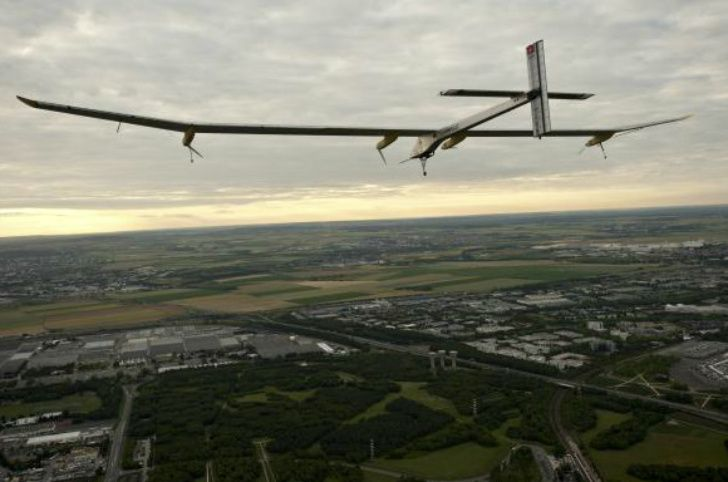 Самолет на солнечных батареях пролетел больше 1500 километров