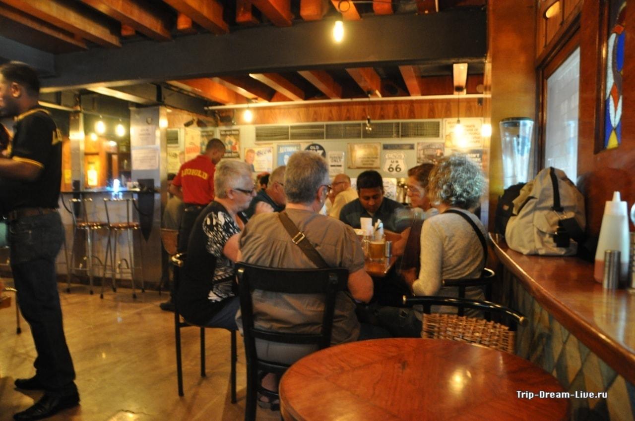 Легендарное кафе Леопольд в Мумбаи