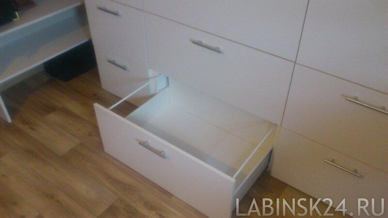 Выдвижные ящики в ниже мансарды в виде комода.