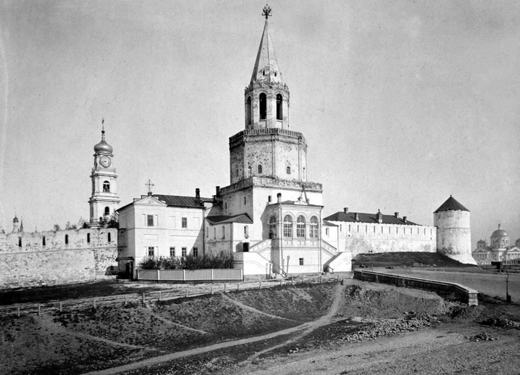 Спасская башня Кремля и военная церковь. 1880 г.