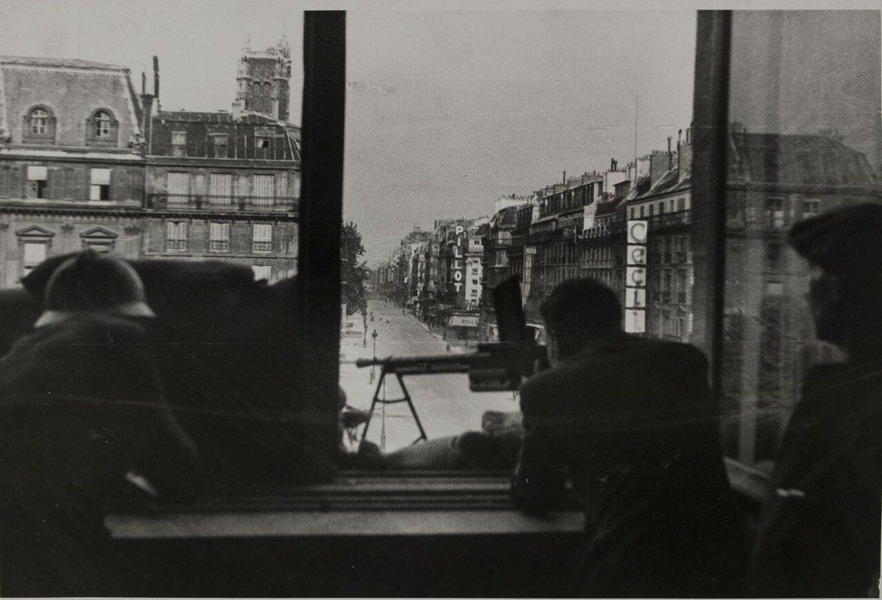 22 августа. Стрелки в окне Генерального секретариата префектуры