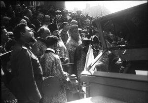 1915. 18.04. Благословение  машин перед их отездом на передовую возле русской церкви на рю Дарю. Толпа перед православной церковью
