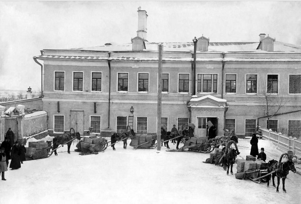 Здание чаеразвесочной фабрики Высоцкого. Погрузка на дровни