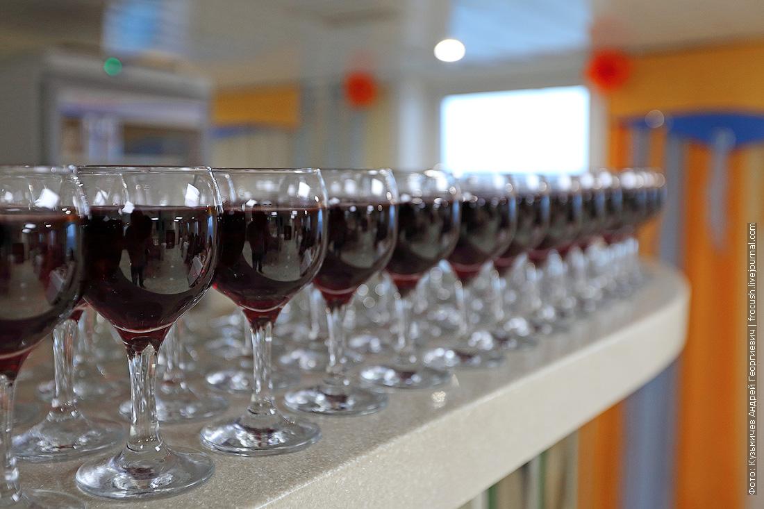 бокал вина на ужин на теплоходе Русь Великая