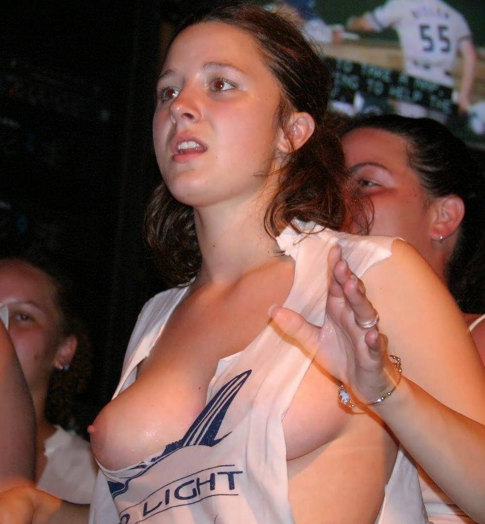 Телки в клубах жгут 13 фотография