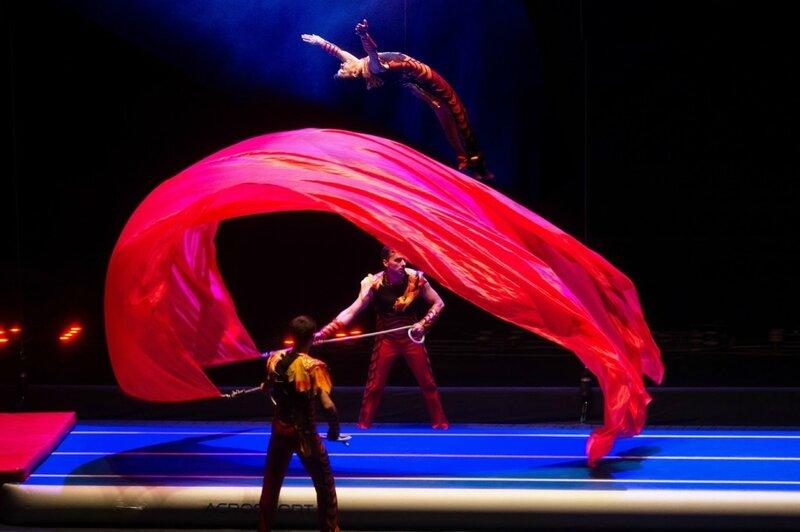 чемпион мира по прыжкам на батуте - Цирк танцующих фонтанов Аквамарин