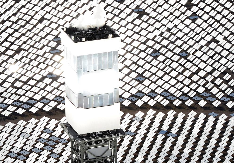 Крупнейшая в мире солнечная электростанция «Айванпа» находится в 64 километрах от Лас-Вегаса. Как уж