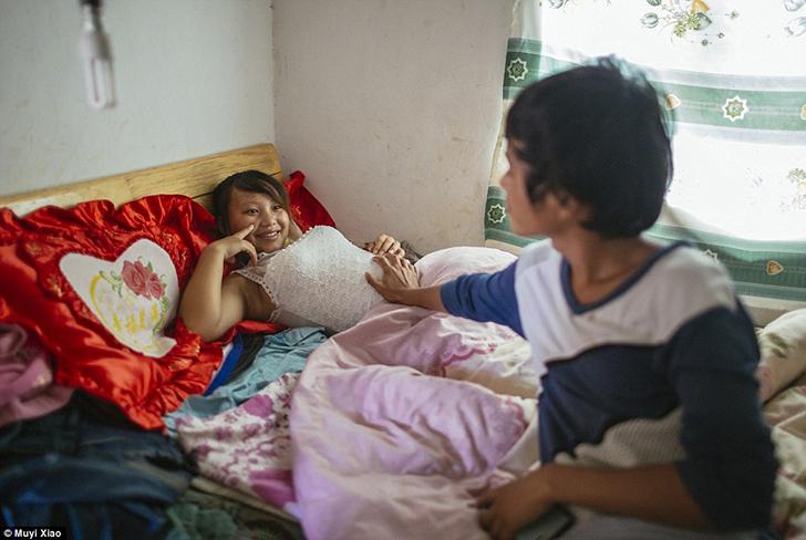 18-летний Вэнь трогает живот своей беременной 13-летней жены Цзе, которая жалуется на то, что замужн
