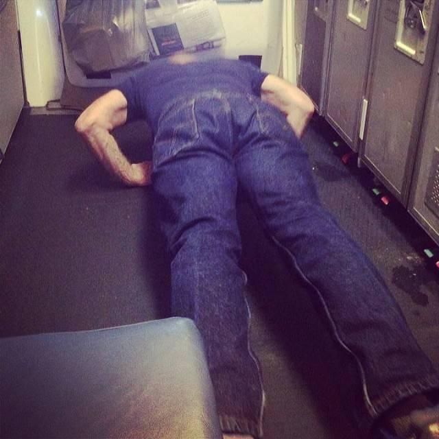 10. Что может быть лучше отжиманий на борту самолета!