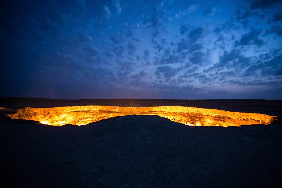 6. Диаметр кратера составляет приблизительно 60 метров, глубина — около 20 метров. Газ идёт из-