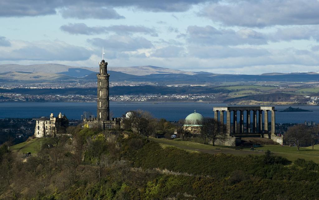 Шотландия. Эдинбург. Национальный монумент Шотландии. Строительство началось в 1822 году. Однако