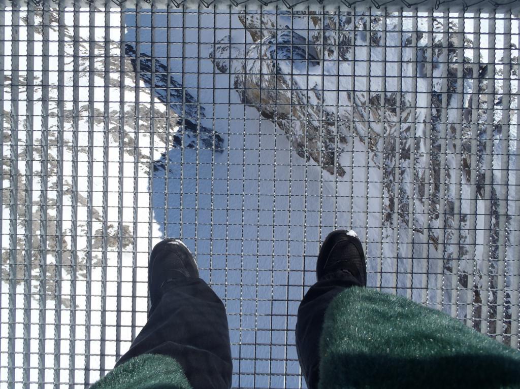 Сооружение расположено на высоте 300 метров над ледником. (Terrie Schweitzer)