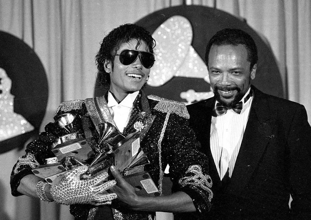 Запечатленный на этом снимке рядом со своим продюсером Куинси Джонсоном, Майкл Джексон держит шесть