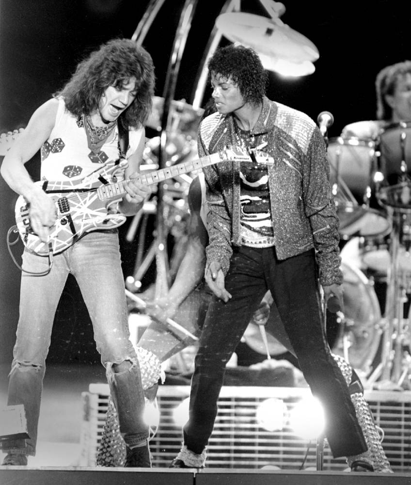Гитарист Эдди Ван Хален исполняет соло на гитаре во время концерта Майкла Джексона в Ирвинге, штат Т