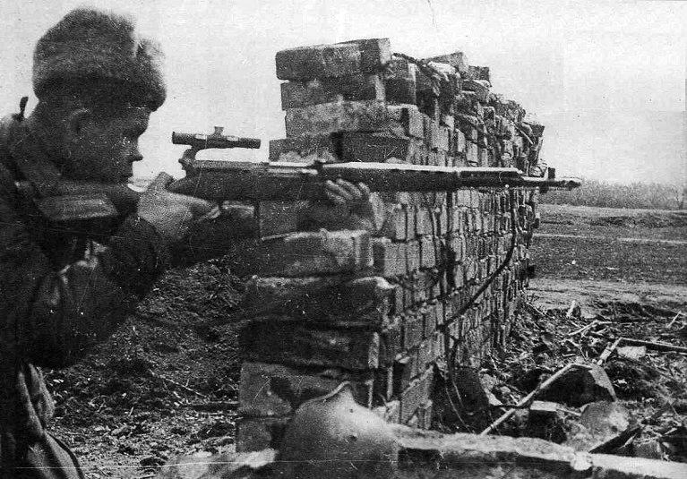 Старшина н. я. ильин со своей снайперской винт. свт.jpg