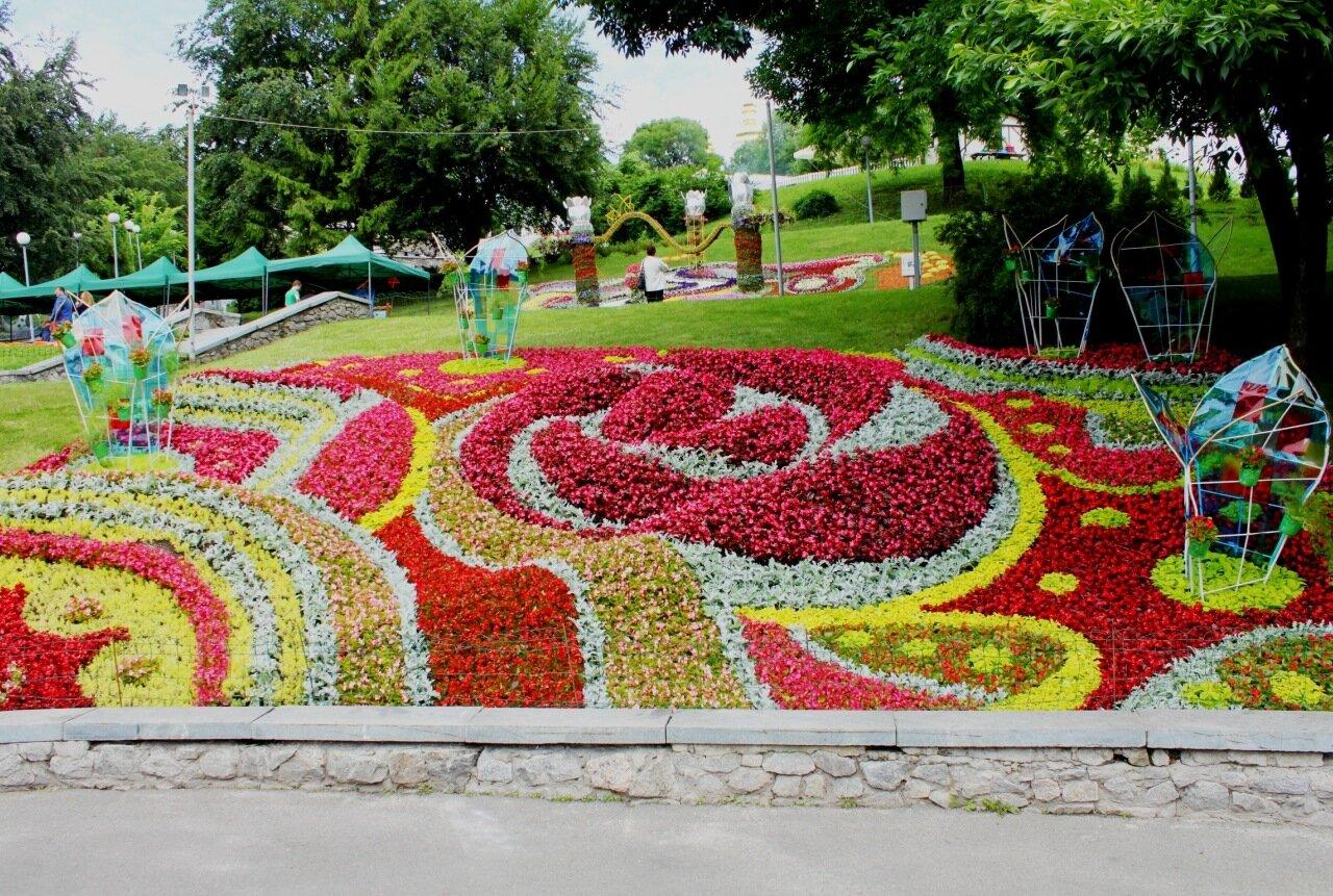 """Цветочная композиция """"Наше будущее - город цветов"""""""