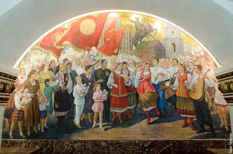 Україночці на панно в московському метро пов'язали хустку поверх традиційного вінка - Цензор.НЕТ 260