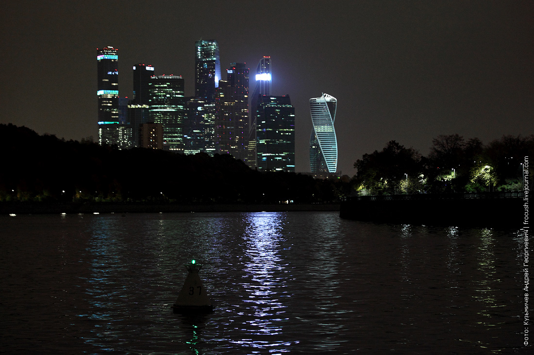 ночная фотография Москва Сити вид с реки