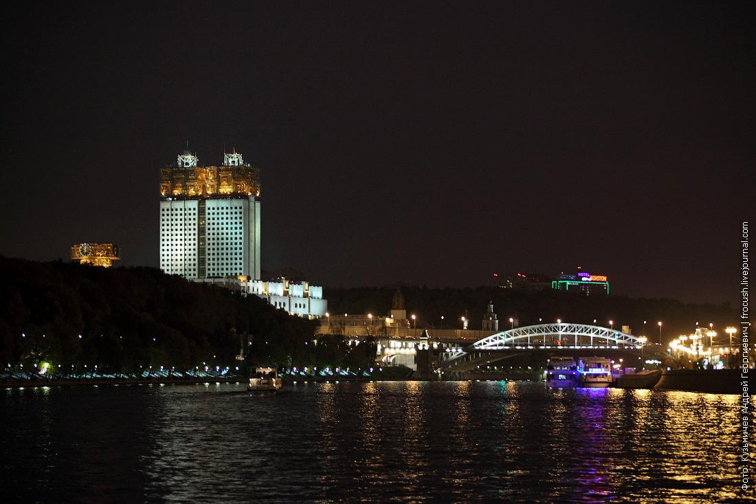 ночное фото Здание Президиума Российской академии наук и Андреевский железнодорожный мост через реку Москву