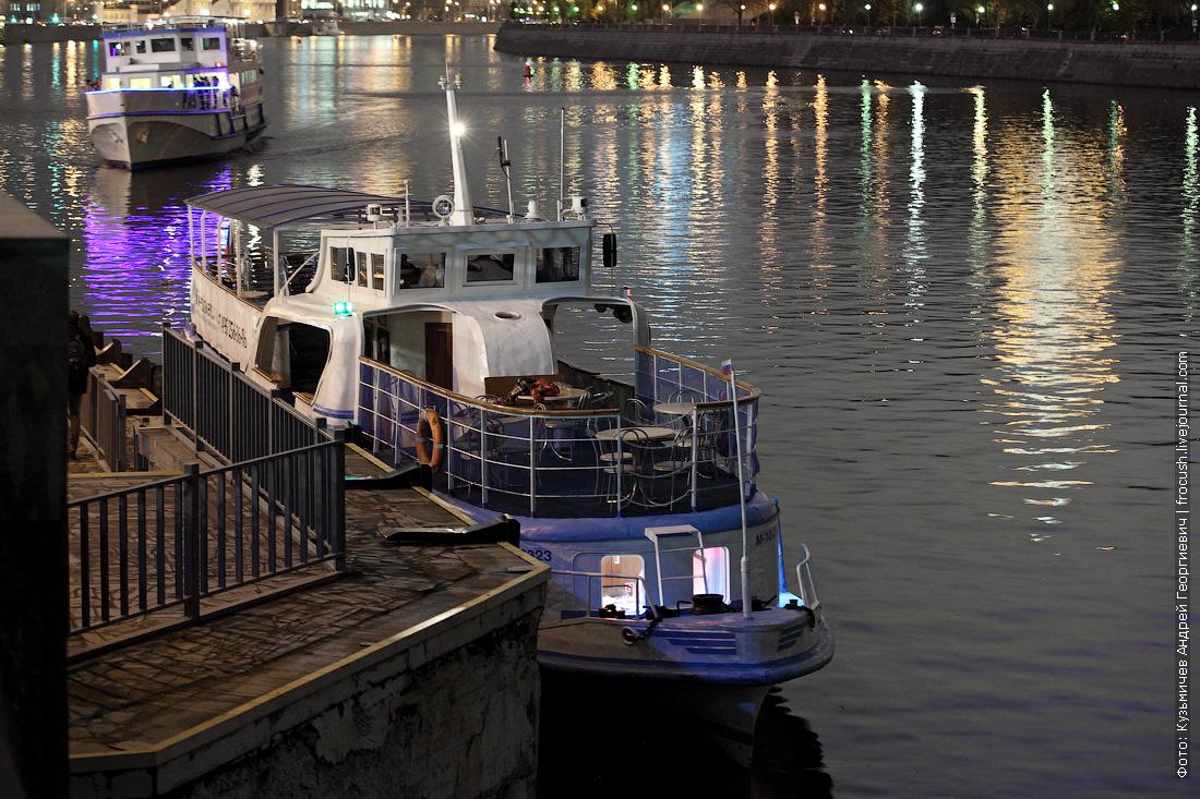 теплоход Амстердам у причала Международная выставка ночное фото