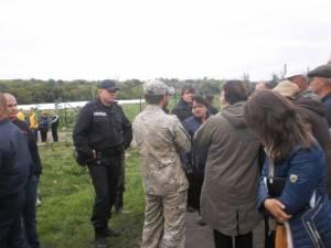 На Полтавщине община поселка блокирует свинокомплекс