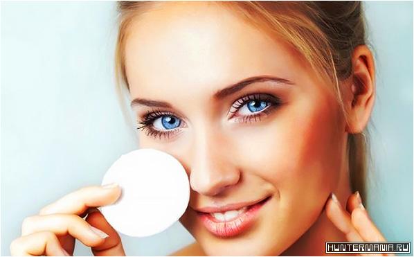 Некоторые девушки игнорируют использование специальных очищающих средств для снятия макияжа и умывания
