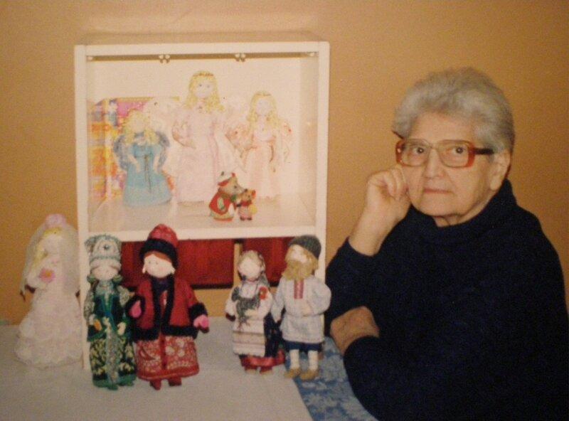 2. Захарова Лидия Леонидовна со своими куклами2.jpg