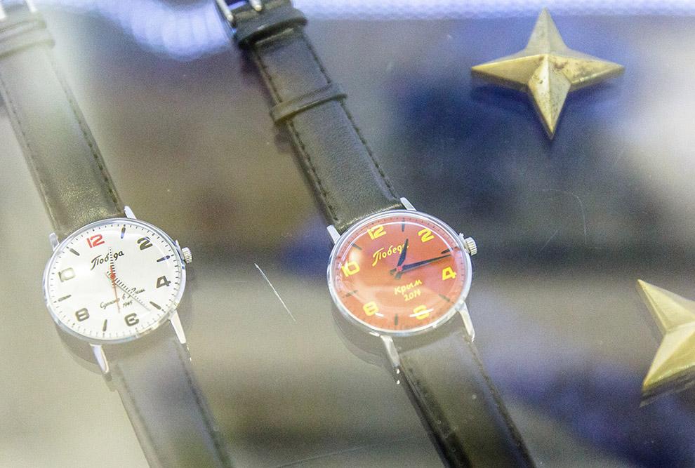 13. Слева — одни любопытные часы — модель, сделанная к Олимпийским играм в Сочи. Завод обратилс