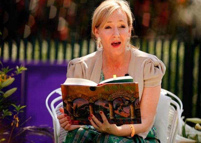Позже она уточнила, что работает над двумя романами. Один из них выйдет под ее именем, второй –