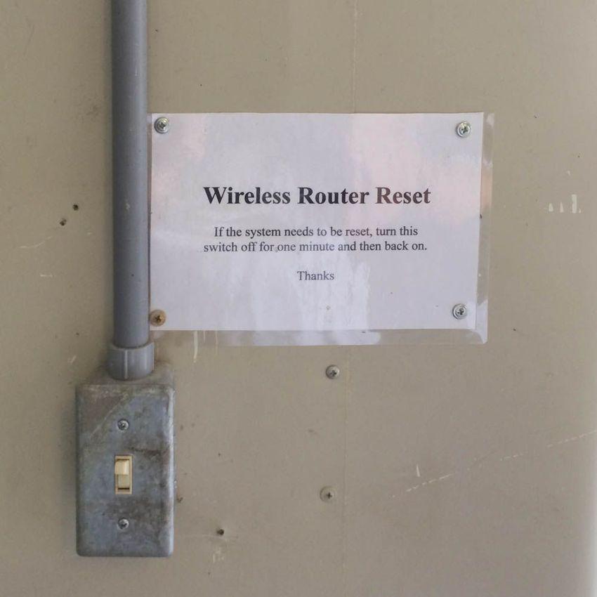 «Перезагрузка беспроводного роутера. Если систему необходимо перезагрузить, выключите этот переключа