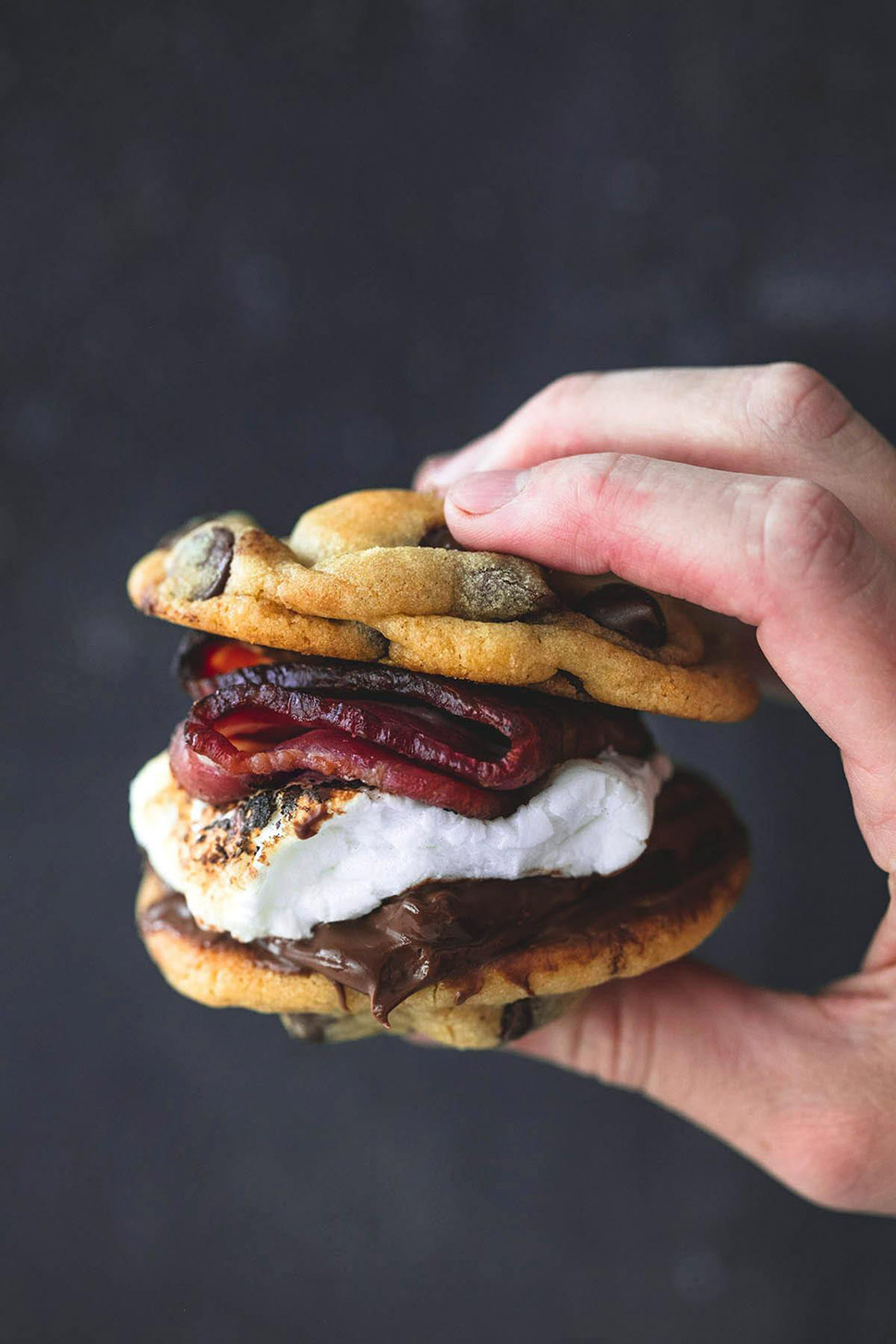 Бутерброд из печенья с шоколадными чипами и беконом.