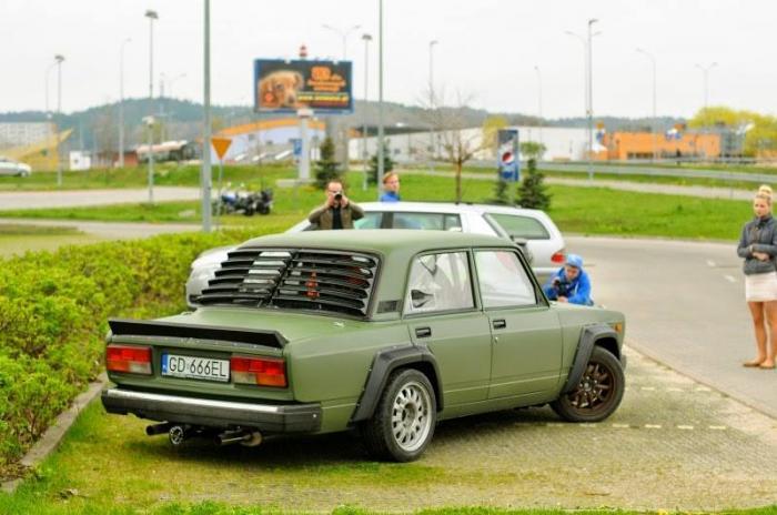 Подвеска тут тоже от BMW, с комплектом койловёров KW Competition.