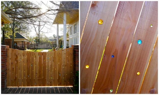Еще одна идея для забора— декорирование разноцветными стеклянными шариками. Получается волшебно, ос