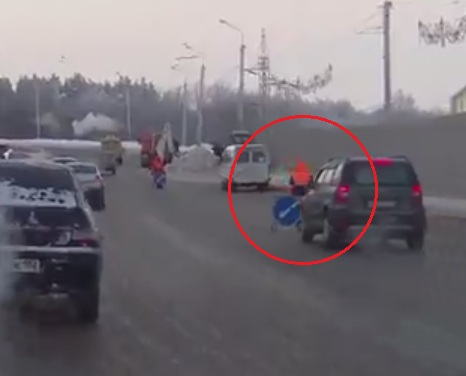ВУфе вседорожный автомобиль сбил рабочего напроезжей части