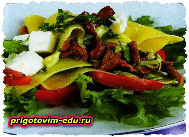 Теплый салат с лисичками и фетой