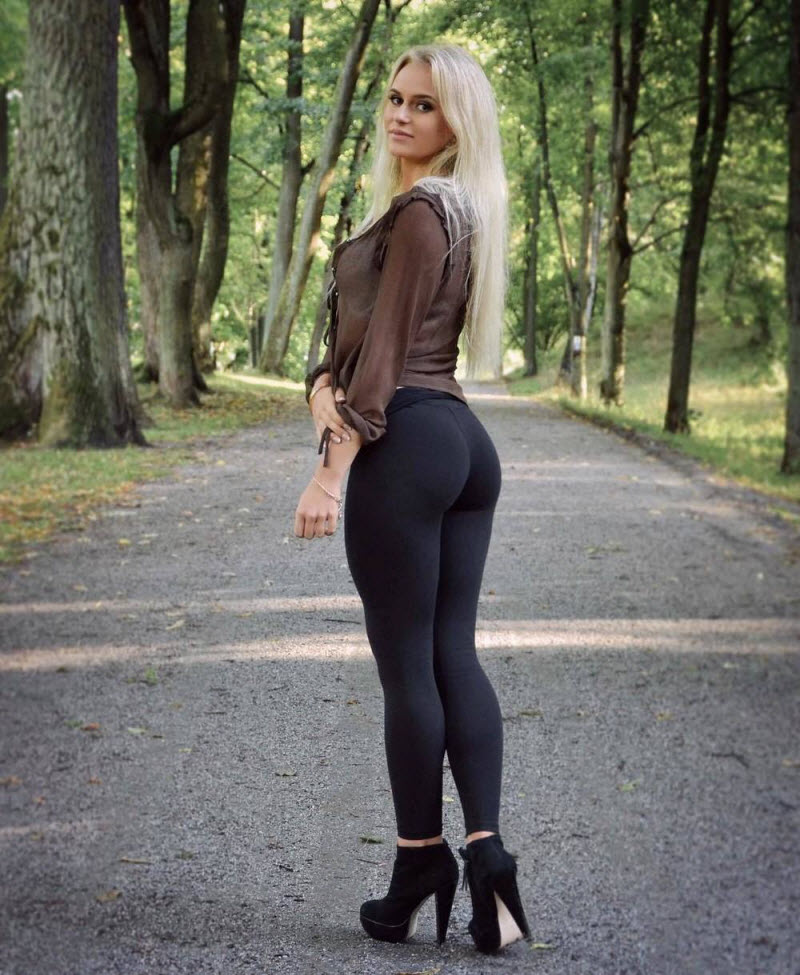 blondinka-medlenno-snimaet-obtyagivayushie-shtani-vdeo