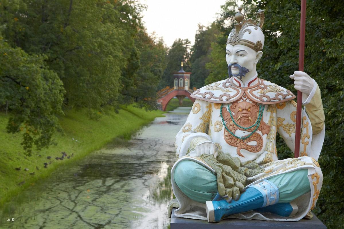 Статуя китайца на большом китайском мосту в Александровском саду