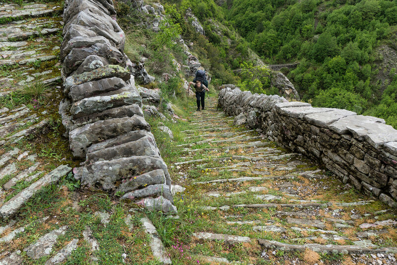 подъем по старинной мощеной дороге (ступени Врадето skala Vradetu)