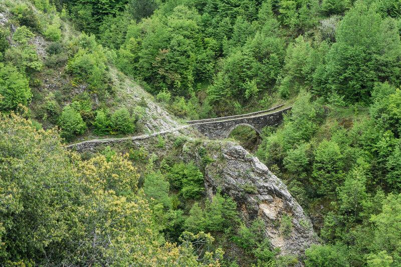 каменный мост в горах