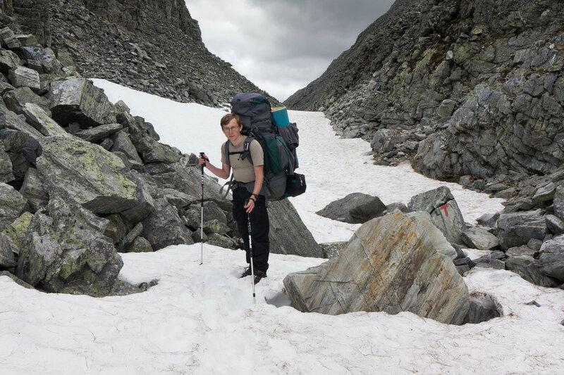 турист с рюкзаком на снегу на перевале Dørålsglupen в горах Rondane (Рондане)